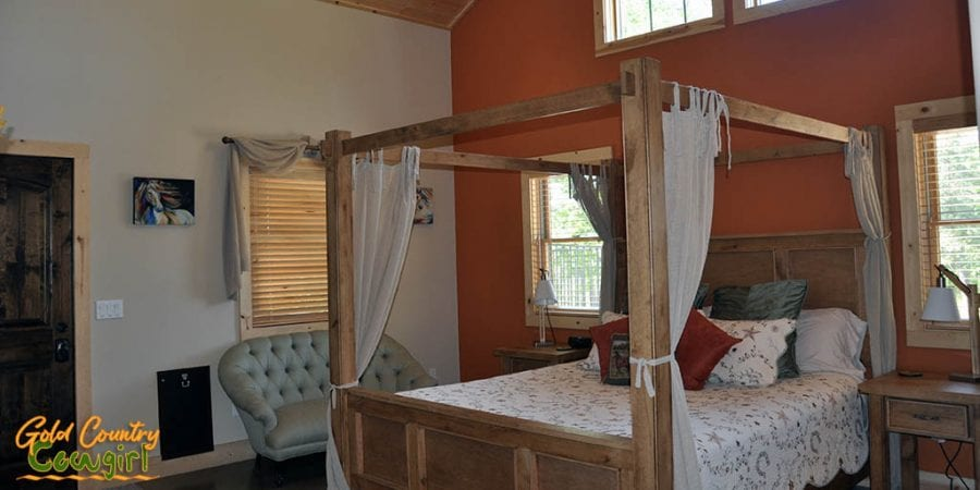 Master bedroom - Dog & Pony Ranch: Luxurious Gold Country Vacation Rental