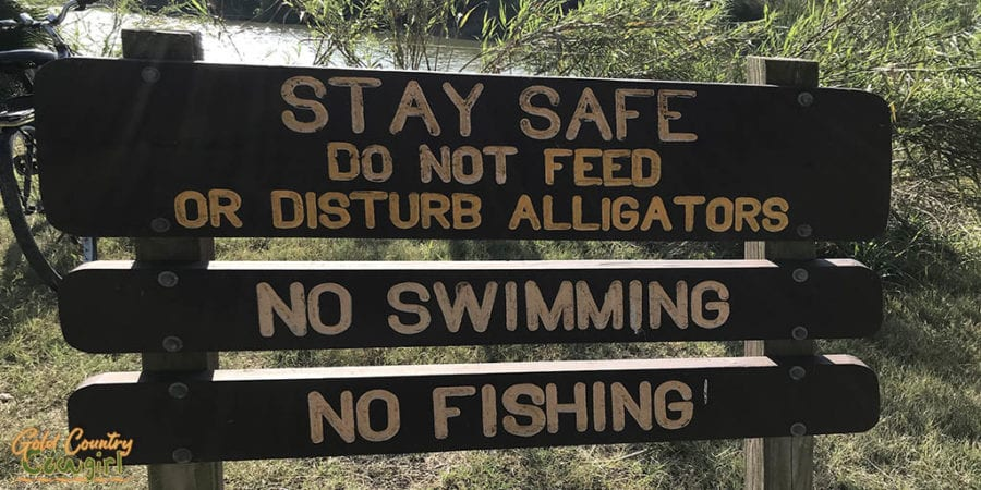 sign that says do not feed alligators